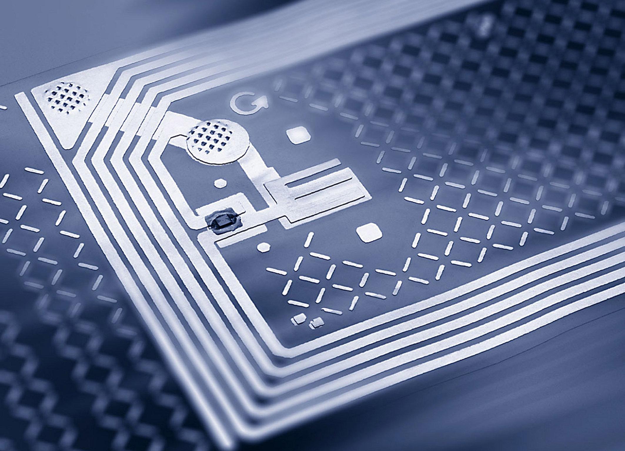 Produktpiraten stehen schlechte Zeiten bevor. Siemens hat einen fälschungssicheren Funkchip entwickelt, mit dem Waren aller Art auf ihre Echtheit geprüft werden können. Ähnlich dem Prinzip der digitalen Signatur kann dabei die Echtheit des am Produkt angebrachten Chips und somit die des Produkts nachgewiesen werden. Zusätzlich besteht die Möglichkeit Daten wie Herkunftsbezeichnungen und Seriennummern zu speichern. Unbefugtes Abhören der Daten und Kopieren der Chips sind somit nicht mehr möglich. Erste Prototypen stellte Siemens kürzlich vor.  Thanks to a new forgery-proof radio frequency identification (RFID) chip developed by Siemens, life is about to become a whole lot more difficult for product pirates. Exploiting a technology similar to that used for a digital signature, the chip is able to verify its own authenticity and thus that of the product to which it is attached. The chip can also be used to store other information such as the product's designation of origin and serial number. Unauthorized reading or copying of the data on the chip is impossible. Siemens has recently unveiled initial prototypes of this new chip.